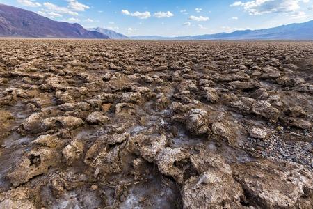 muerte: Erosed del suelo en el campo de golf de los diablos, Death Valley, California, EE.UU. Foto de archivo