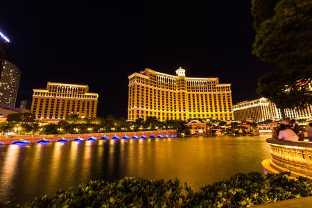 bellagio fountains: Comer lake at Bellagio at night in Las Vegas, USA