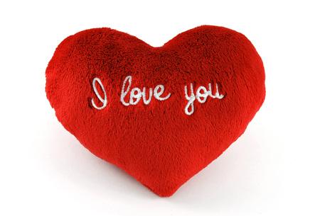 """Morbido cuscino a forma di cuore con il testo """"Ti amo"""" su di esso"""