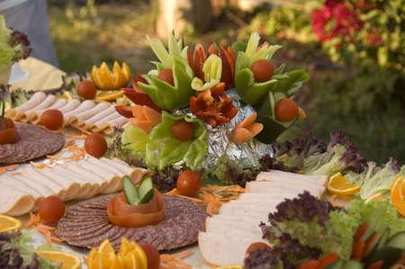 carnes y verduras: colorida presentaci�n de embutidos frescos, hierbas y aderezado con revestimiento de salami y hortalizas