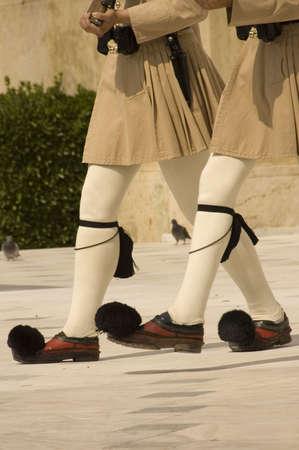 ligueros: Guardia (Evzones) delante de la Tumba del Soldado Desconocido en el Parlamento delante de Atenas Grecia