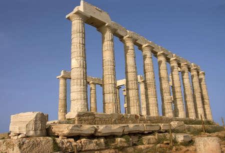 temple grec: vue de c�t� de la temple grec de Poseido dieu de la mer au Cap Sounion, Gr�ce
