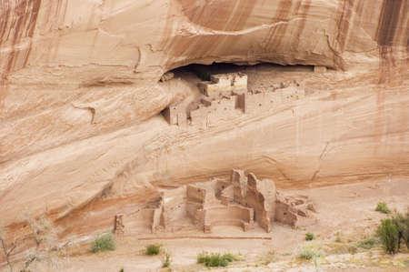 anasazi: Casa Bianca rovine Anasazi a Canyon de Chelly, Arizona. Visualizzare il pictographs sulla parete.
