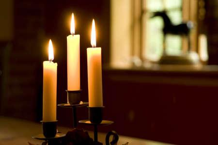 Brillante velas sobre una mesa delante de una ventana  Foto de archivo - 3342583