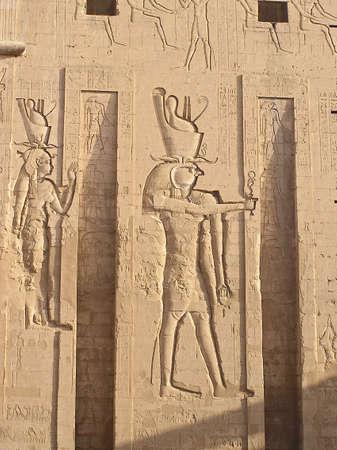 egyptian cobra: bassorilievo del dio Horus, falco capo l'uomo, Edfu, Egitto, Africa  Archivio Fotografico