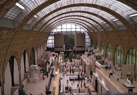PARIS - kunnen 6: Weergave van de beroemde kathedraal koepel dak Orsay museum, beeldhouw werken en bezoekers nam van de derde verdieping. Het houdt vooral indrukwekkend Franse kunst verzamelingen uit 1848 tot 1915 6 mei 2004. Paris, Frankrijk