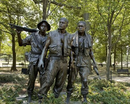 ARLINGTON,  VA - JUNE 24 ;  Memorialgreat sculptures dedicated to  Vietnam veterans soldiers, Arlington cemetery, Virginia, USA, 24th June 2007 版權商用圖片 - 6897190