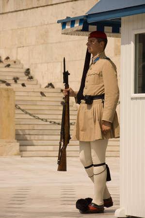 reggicalze: ATHENS, GRECIA - 18 MAGGIO;  guardia in piedi fino al Palazzo del Parlamento ad Atene in Grecia, 18 maggio 2007