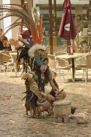cultura maya: De PLAYA CARMEN, MEXICO - 12TH de diciembre; ind�genas maya bailar�n actuando en la calle de la Costa Caribe, tocando la bater�a. Playa del Carmen ciudad, M�xico, 12 de diciembre de 2006  Editorial
