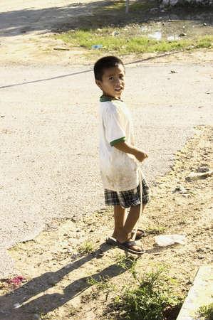 14th: YUCATAN, MEXICO - 14TH de diciembre; joven muchacho maya que se ejecuta para coches de turistas en la calle de un peque�o pueblo de la pen�nsula de Yucat�n, Coba, M�xico, 14 de diciembre de 2006