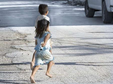 ユカタン、メキシコ - 12 月 14 日;観光客のバス、コバ、メキシコ、2006 年 12 月 14 日を実行しているユカタン村の通り上の子供の裸の足 報道画像