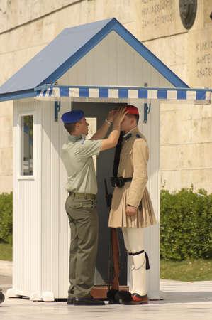 アテネ, ギリシャ - 2007 年 5 月 18 日;検査官、議会の建物のポイント ガードの儀式 報道画像