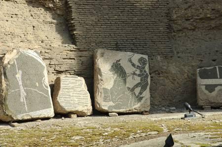 로마, 이탈리아 -2006 년 4 월 1 일 : 배경, 로마, 이탈리아 - 유네스코 세계 문화 유산 사이트에에서 오래 된 벽돌 벽 Caracalla 온천에서 프레스코에 모자이
