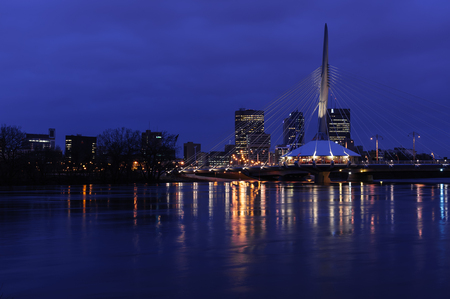 night shot of Esplanade Riel pedestrian bridge on the Red river between St-Boniface and Winnipeg, Manitoba Imagens