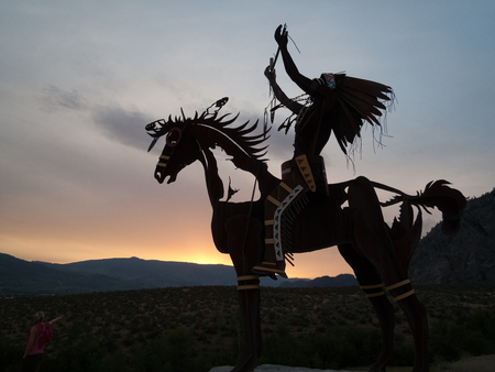オカナガン バレー、ブリティッシュ コロンビア州、カナダで日没でネイティブの彫刻