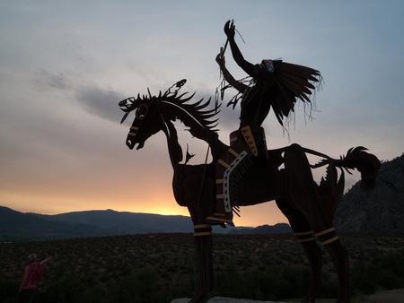 Escultura nativa al atardecer en el valle de Okanagan, Columbia Británica, Canadá