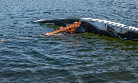 Mann rollt mit einem Kajak auf einem See - Serienbilder 2 von 11