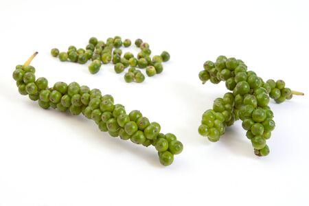 Grappes de frais poivron vert, isolé sur fond blanc