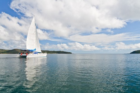 Bateau blanc catamaran de luxe dans la baie