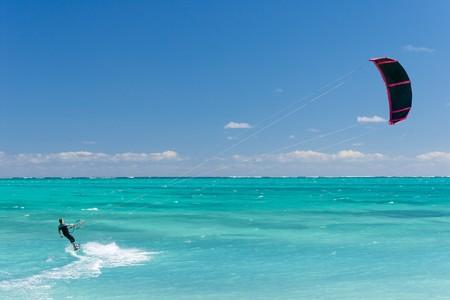 kitesurfen: Mannelijke kitesurfer kitesurfen in de lagune van Madagaskar Stockfoto