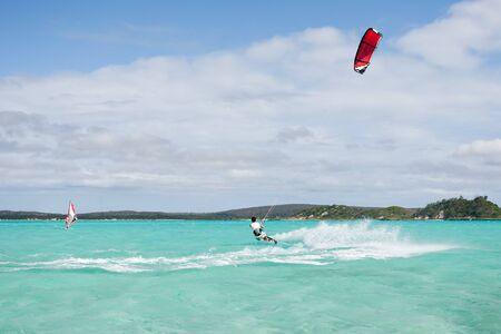 kite surfing: Mannelijke kitesurfer kitesurfen in de lagune van Babaomby, Madagaskar