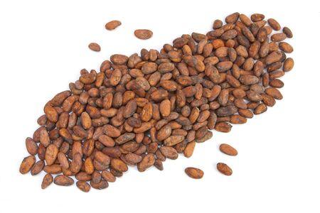 cacao beans: Granos de cacao de Madagascar aislados sobre fondo blanco