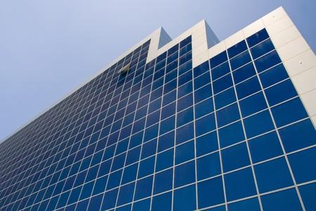 perplexing: Toma de perspectiva de torre de negocios. Ventanas de azules. Alta tecnolog�a, construcci�n de Antananarivo, Madagascar  Foto de archivo