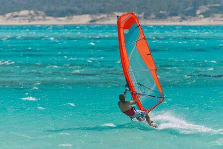 Planche à voile de planche à voile dans la lagune Banque d'images