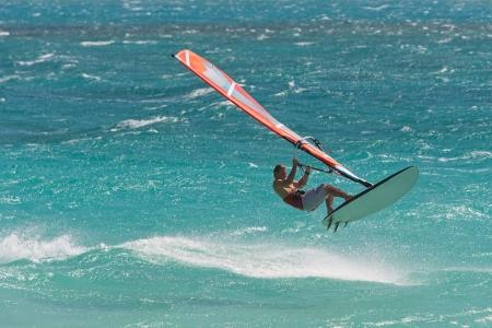 wind surf: Campe�n de windsurf jugando en las olas