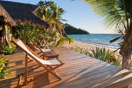 Terrasse au coucher du soleil sur une plage tropicale Banque d'images