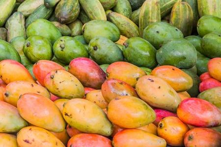 yellow  agriculture: Muestra de mango en el mercado de Ambilobe, el norte de Madagascar