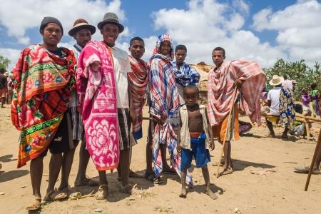 tribu: Itampolo, MADAGASCAR - 19 de octubre: Grupo de hombres no identificados de los malgaches Antandroy �tnica en el mercado semanal de Itampolo en el profundo sur de Madagascar el 19 de octubre de 2006. Antandroy son un grupo n�mada �tnica de la regi�n de Androy, y viven principalmente de pescar Editorial