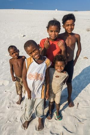 Itampolo, MADAGASCAR - 19 de octubre: los niños malgaches no identificados de la Antandroy étnica en la playa de Itampolo en el extremo sur de Madagascar el 19 de octubre de 2006. Antandroy son un grupo nómada étnica de la región de Androy, y viven principalmente de la pesca y la ca cebú