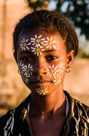 Portrait of Malagasy woman with typical mask of the Sakalava ethnic group in Nosy Be, Madagascar on june 27, 2008 Éditoriale