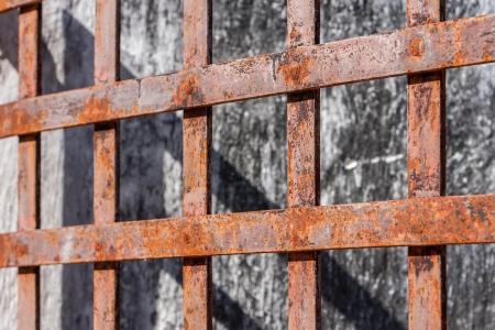 rejas de hierro: Barras oxidadas de la cárcel con la perspectiva