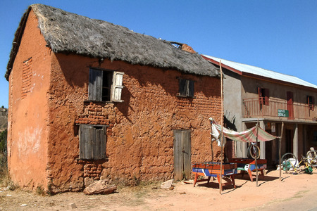 mud house: ANTANANARIVO, MADAGASCAR - SEP 9: A typical Merina village on the national highway 7 on Sept 9, 2003 near Antananarivo, in the highlands of Madagascar Editorial