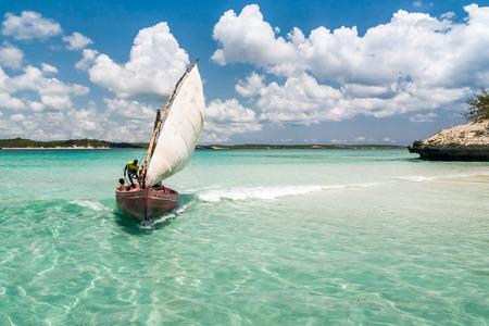 ANTSIRANANA, 마다가스카르 -11 월 19 일 : 전통적인 낚시 보트 에메랄드 바다 Antsiranana (디에고 수아), 마다가스카르, 북쪽 19, 2008 년 북쪽에서 미확인 된 어