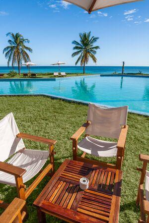 palmier: Terrasse sur la pelouse en face de la piscine et la mer Banque d'images