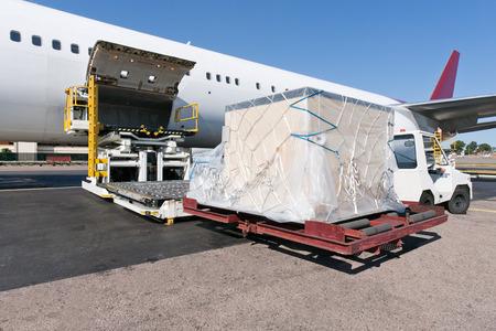 Caricamento piattaforma di trasporto aereo al velivolo Archivio Fotografico