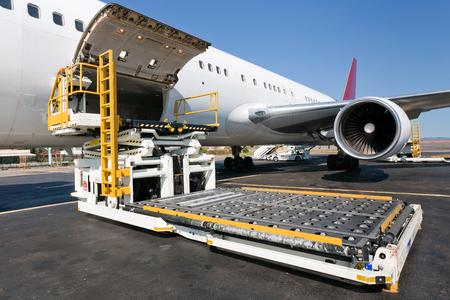 항공기에 항공화물의 플랫폼을로드 스톡 콘텐츠