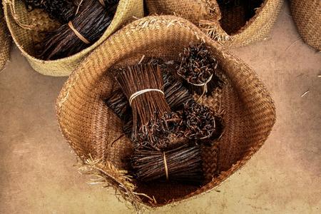 Bossen van Bourbon-vanille van Madagascar in ambachtelijke manden
