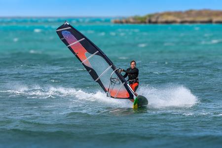 라군에서 서핑하는 남자 윈드 서핑