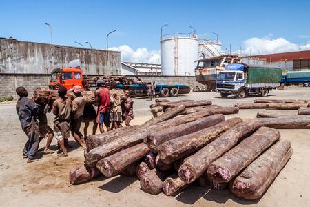 Toamasina, Madagascar, 12 aprile 2014: Caricamento di palissandro su camion al porto di Toamasina (Tamatave), a est del Madagascar