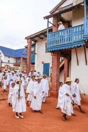 Soatanana, Madagaskar, 5. března 2013: Učenci bílých pastýřů Soatanana v jejich nedělním průvodu. Jsou fundamentalistickou větev protestantismu, která je na Madagaskaru velmi specifická. Všichni obyvatelé jsou oblečeni do bílé.