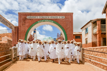 žák: Soatanana, Madagascar, March 05, 2013: Disciples of the white shepherds of Soatanana in their Sunday procession. They are a fundamentalist branch of Protestantism very specific in Madagascar. All the inhabitants are dressed in white.