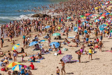 2017年1月16日、チリ、ヴィナ・デル・マールの海岸沿いの混雑したビーチ