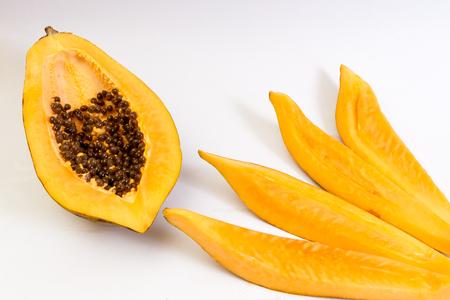 Papaye isolée sur blanc backgorund Banque d'images - 90377865