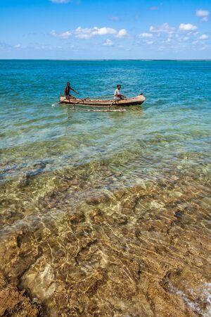 Couple malgache dans sa pirogue dans la lagune d'Andavadoaka, au sud-ouest de Madagascar le 25 octobre 2016