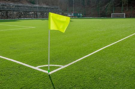 Esquina en el campo de fútbol con bandera de césped artificial Foto de archivo - 90706325