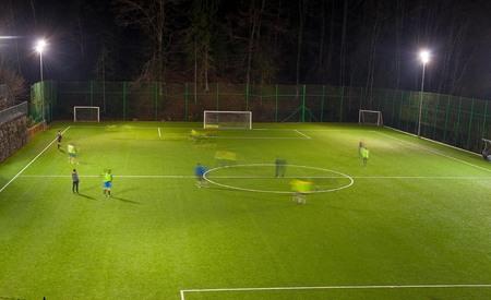 amateurvoetbalteam training 's nachts Stockfoto